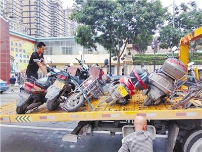 兰州河北交警大队清理乱停放摩托车(图)