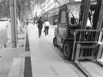 兰州城事映像:专用自行车道亮相静宁南路(图)
