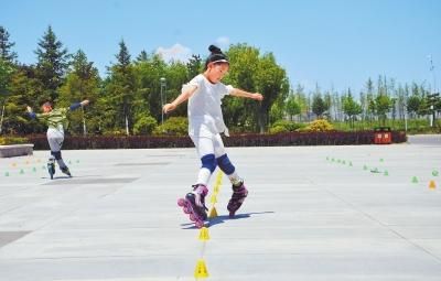 定西市安定区的孩子们在新城区市政广场练习花样轮滑(图)
