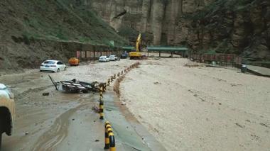 白银市景泰黄河石林景区突发暴洪 296名游客被困 4辆车被冲入黄河