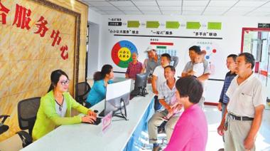 张掖市高台县巷道镇高地村综合服务中心办事的群众络绎不绝