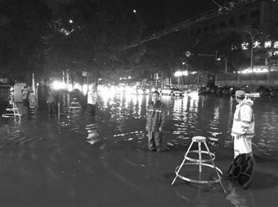 暴雨致兰州市区出现24处较大积水点 市政部门出动工作人员340人次连夜处置完毕