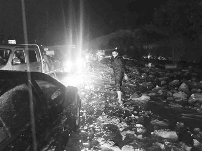暴雨引发泥石流致兰州榆中柳沟河桥被阻断 警方连夜疏导千余辆被困车获赞
