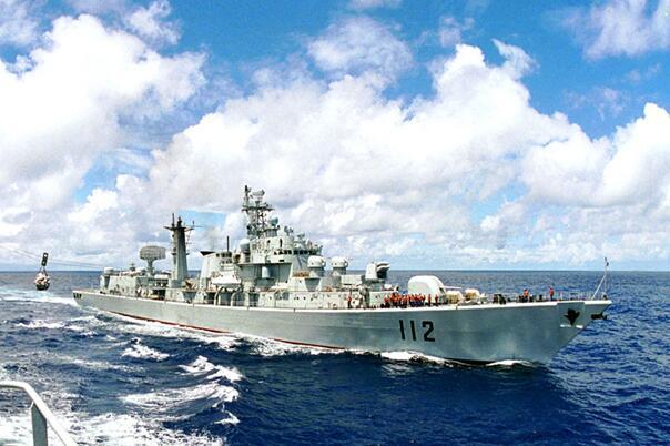 中国海军第一次远洋训练:252潜艇排除故障撕破岛链