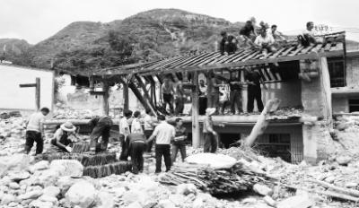 陇南文县梨坪镇玉坪村村民和救援人员拆除被暴洪冲坏的房屋(图)