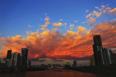 兰州天空出现大片火烧云(图)