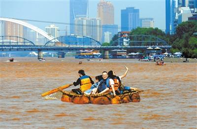 """图说甘肃丨兰州旅游热""""火""""了羊皮筏子"""