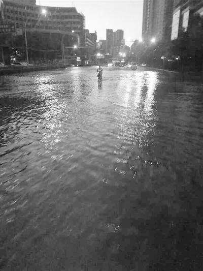 兰州金轮大厦门前水管爆裂相关部门紧急抢修 预计17日早晨恢复供水