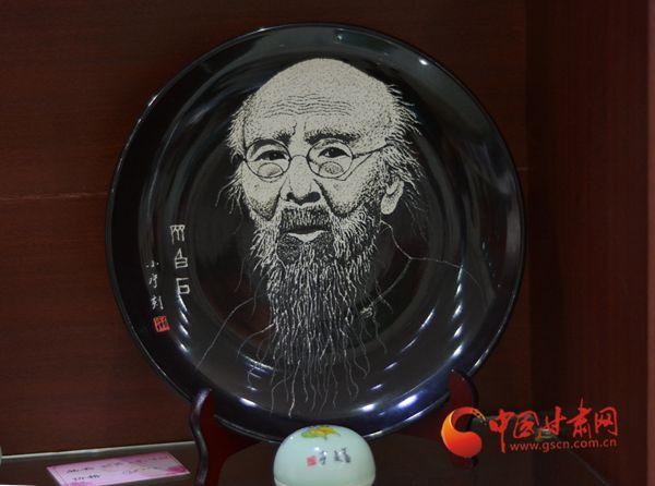 瓷上绣花 挥刀如笔  刻瓷传承人王小宁的喜与忧(图)