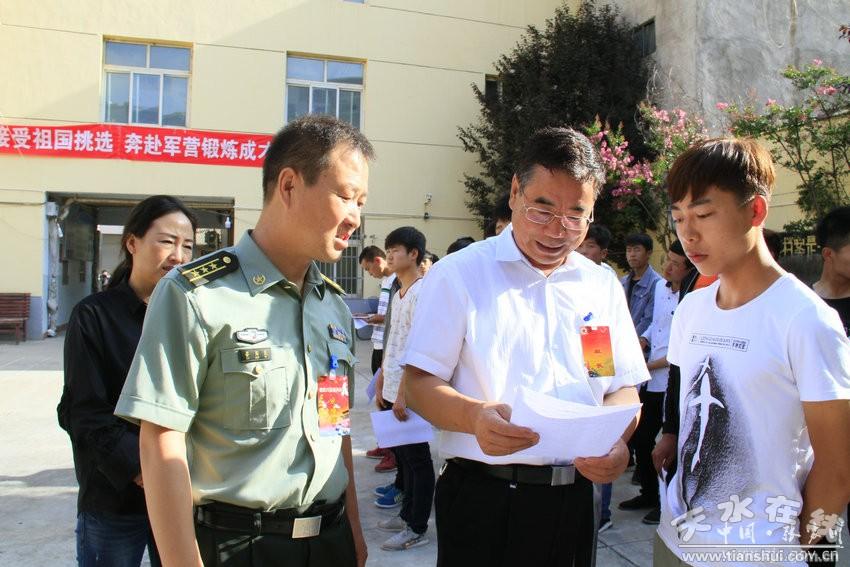 天水张家川县委书记陈晰检查指导征兵体检工作(图)