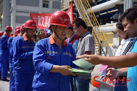 甘肃省地震科普宣传队把应急避险常识送到工地送入农户(图)