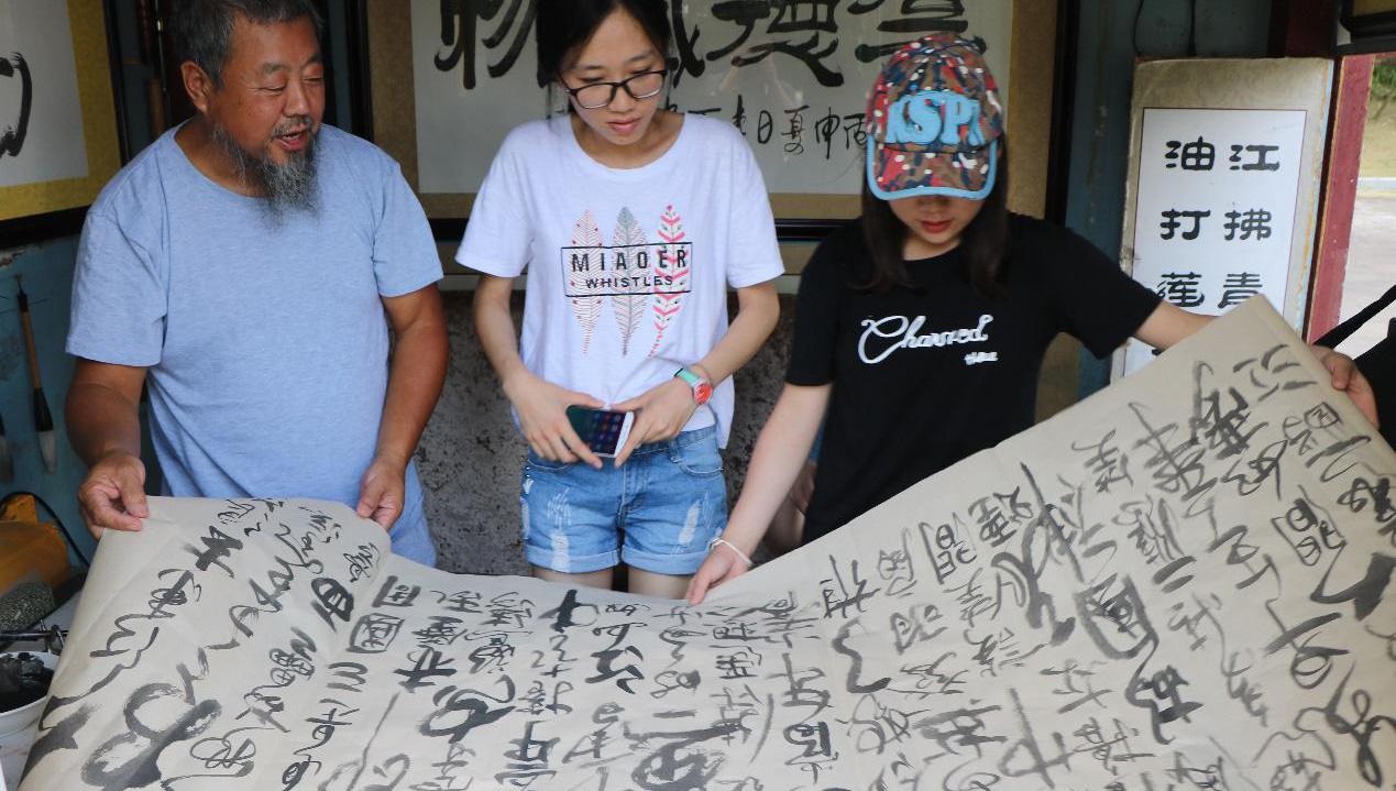 【新闻学子重走西北角】李白故里遇李百 热衷卖字做慈善