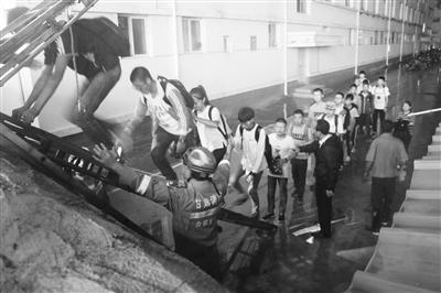 白银市会宁五中2700学生雨夜紧急疏散(图)