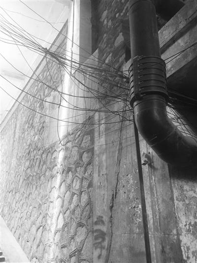 兰州火车站东路一涵洞内线缆密布低垂行人易触碰存隐患(图)