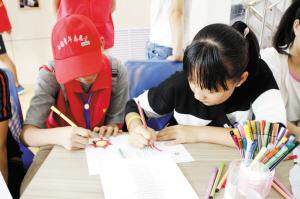 共青团兰州市西固区委志愿者为贫困青少年编织多彩假期(图)