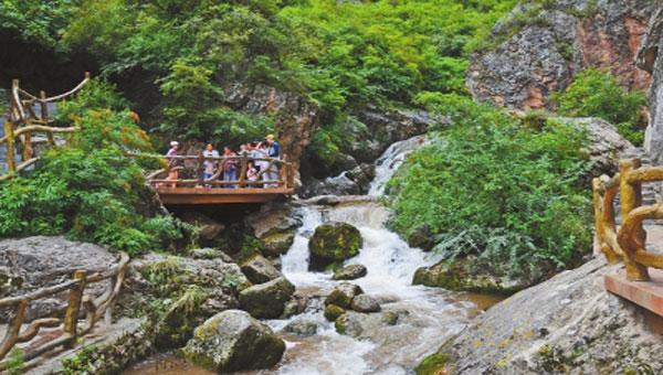 定西漳县牢固树立绿色发展理念 青山绿水迎来大批游客