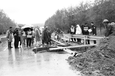 白银会宁县公路管理段:雨中抢险保畅通