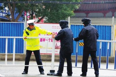 兰州市城关区护栏被人损坏交警冒雨修复