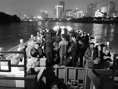 纪念兰州解放68周年 水上巴士放河灯缅怀先烈(图)