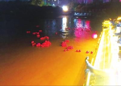 纪念兰州解放68周年 市民放河灯 缅怀革命先烈(图)