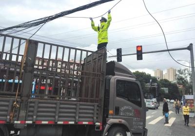 兰州市:通信电缆突掉落交警托举保畅通(图)
