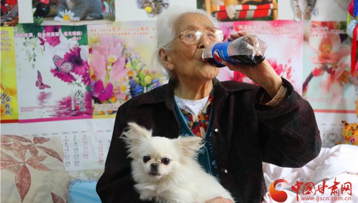 【陇原视觉】兰州104岁老奶奶飚英语喝可乐 长寿秘诀是淡泊(视频+组图)