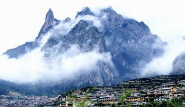 甘南藏区雨后云雾缭绕添秋韵