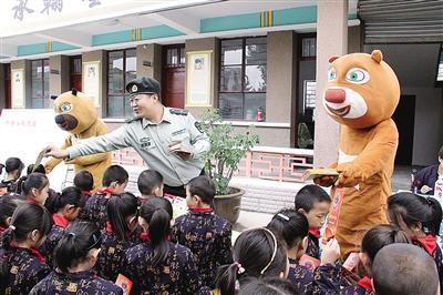 平凉消防官兵扮演卡通人物进校园宣讲消防安全知识(图)