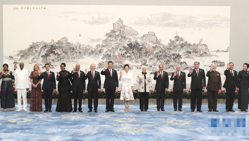 习近平和彭丽媛欢迎金砖国家和新兴市场国家与发展中国家对话会受邀国领导人及配偶、嘉宾