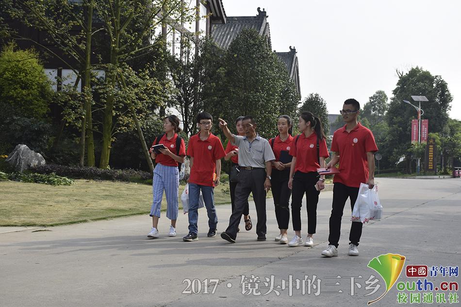 """成都文理学院:大学生三下乡走进""""新农村""""探经济变化"""