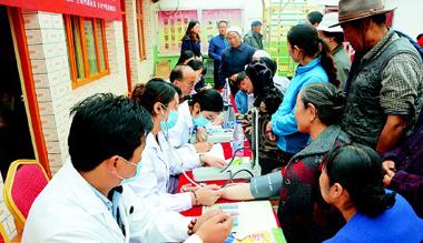 甘南当周街道联合州邮政局和多麦中藏医康复保健医院举办爱心义诊公益活动