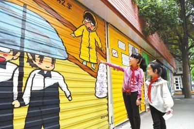 图说甘肃|小学生在手绘文化墙前驻足观看(图)
