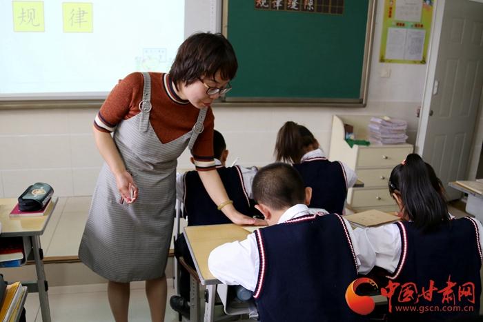 """【陇原视觉】用爱浇灌""""希望之花"""" 她被孩子们称为""""妈妈""""(组图+视频)"""