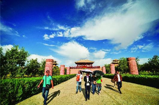 敦煌阳关景区吸引了大批游客观光游览(图)
