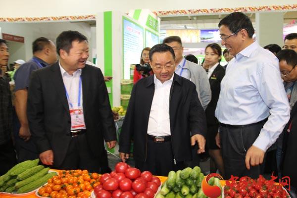 唐仁健在参观甘肃农业博览会时强调 展示成就 培育品牌 促进产销 打造我省农业走出去的重要平台和窗口(图)