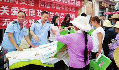 陇南礼县白关食药监所向群众宣传食品安全知识
