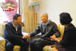 兰州七里河区为首位百岁离休干部祝寿(图)