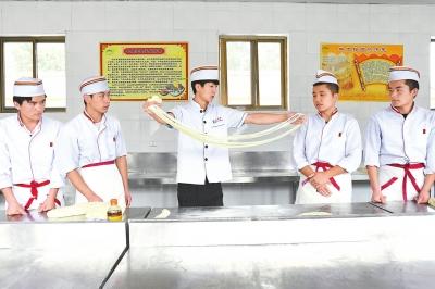临夏县免费为建档立卡贫困户开展牛肉拉面技能培训
