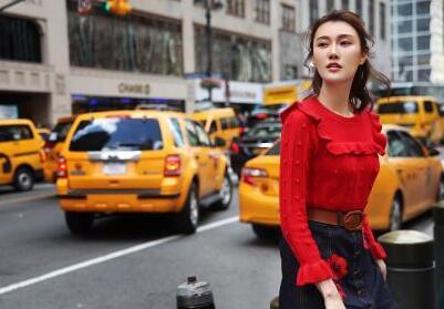 李斯羽街拍演绎经典早秋穿搭 明艳红色提升气质