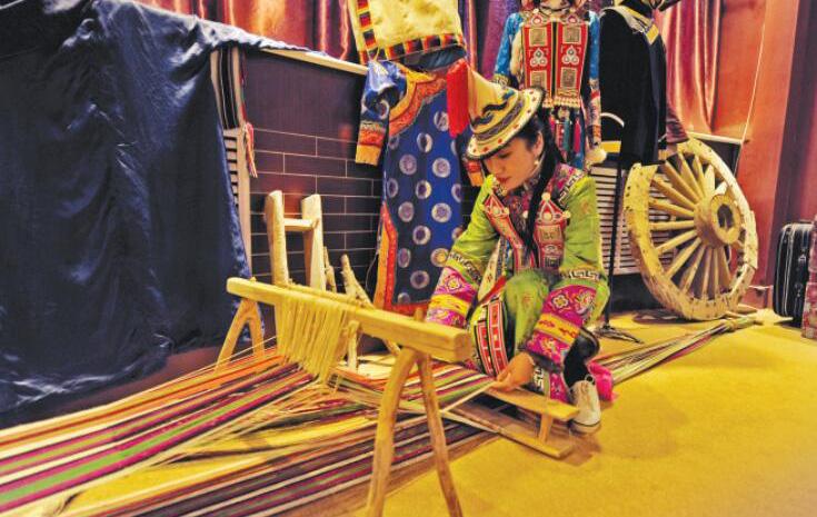 张掖肃南裕固族服饰: 承载民族历史深情的可穿戴艺术品
