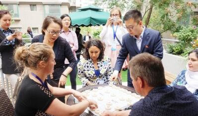 兰州:社区文化生活吸引外国友人来体验(图)