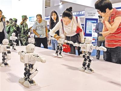 第二届兰州科技博览会开幕 重离子加速器、机器人、无人机等一大批高科技产品亮相受关注