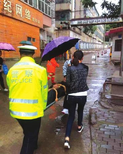 兰州七里河交警及群众合力施救突发疾病男子