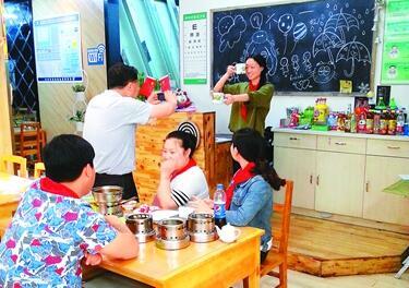"""开在""""教室""""里的火锅店——""""90后""""女大学生聂丹丹的创业故事"""