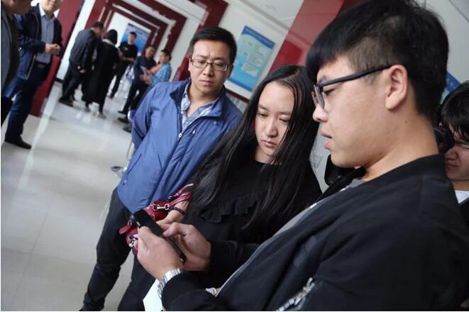 网媒甘肃行记者团走进平凉崆峒镇 看无纸化办公全应用