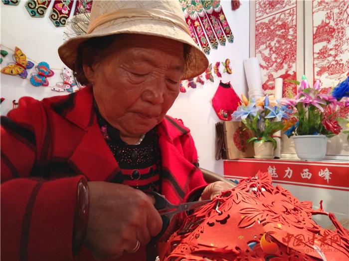 【聚焦农耕文化·相约魅力庆阳】庆阳西峰77岁奶奶进大学  当老师教学生剪纸技艺