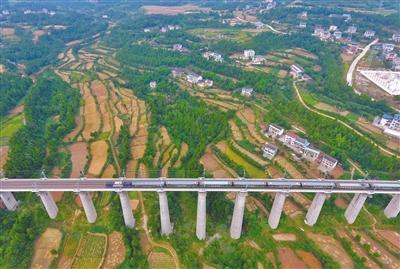 兰渝铁路全线运营 全长855公里共设15个客运站(图)