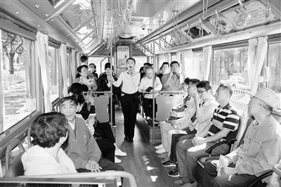 """20名市民尝鲜""""铛铛""""车 沿观光公交专线感受兰州之美(图)"""