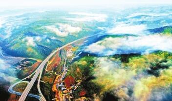 庆阳:金秋时节 合水林业总场连家砭林场林区云雾缭绕