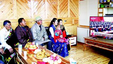 甘南碌曲县尕海镇尕秀村牧民收看十九大开幕